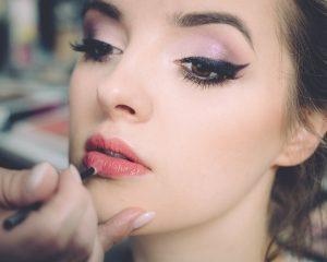 Vrouw met veel make-up