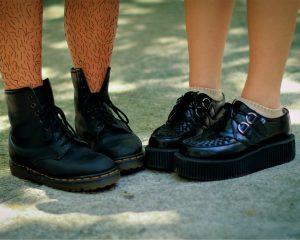 Aan de linkerkant twee harige benen en aan de rechterkant twee geschoren benen. Weet jij waarom we eigenlijk scheren?