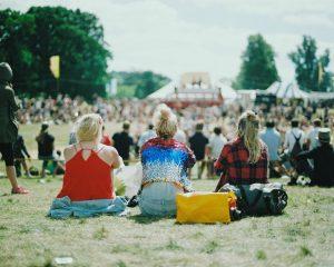 Vrouwen genieten van een zomerfestival.