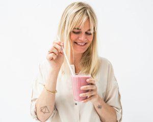 Caroline van FITSHE met een van de proteïneshakes.