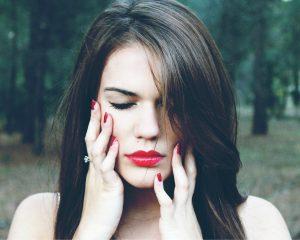 Vrouw die last heeft van menstruatiepijn.