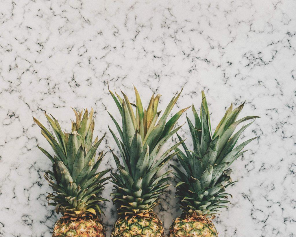 3 ananassen: Lisanne date niet met één, maar met twee mensen.