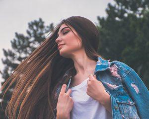 Meisje met lang haar, zij kan vast haar haar niet pijnloos borstelen. Tenzij ze een wetbrush gebruikt.