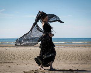 Dansende vrouw Blijf dansen tot je erbij neervalt