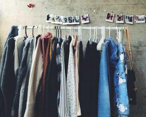We hebben bijna allemaal wel teveel kleding in onze kast hangen, herken jij deze momenten?