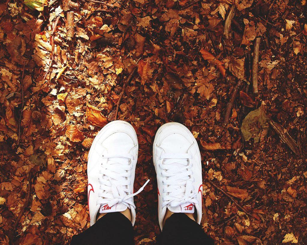 Sneakers op de grond, die kunnen ook dienen als werkkleding.