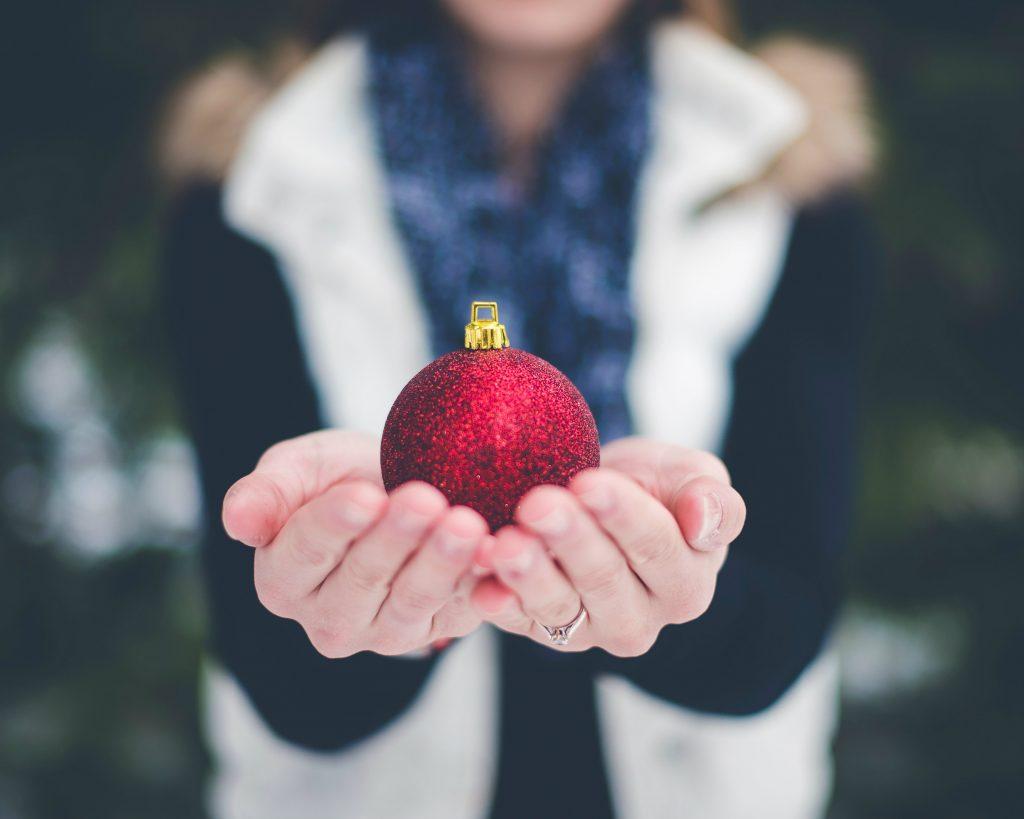 Je kunt onder andere rode glitter kerstballen op een kerstmarkt kopen.